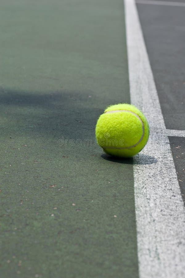 Esfera de tênis apenas além da linha baixa foto de stock