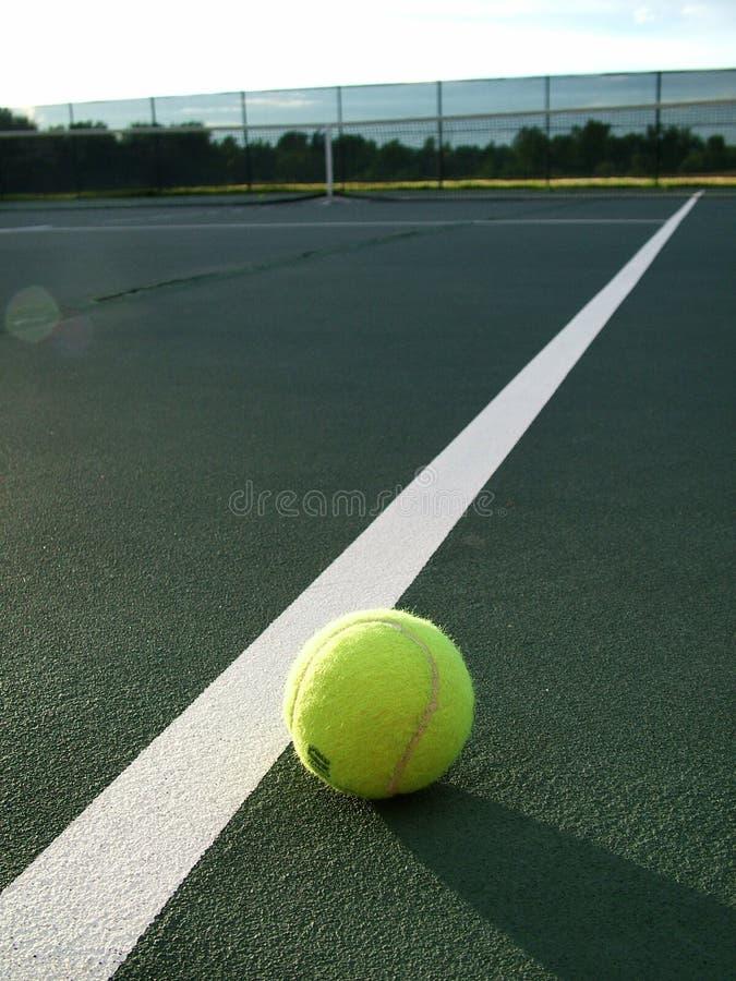 Esfera de tênis na borda imagem de stock