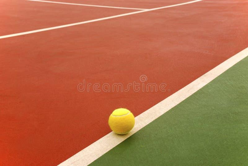 Esfera de tênis na corte imagens de stock