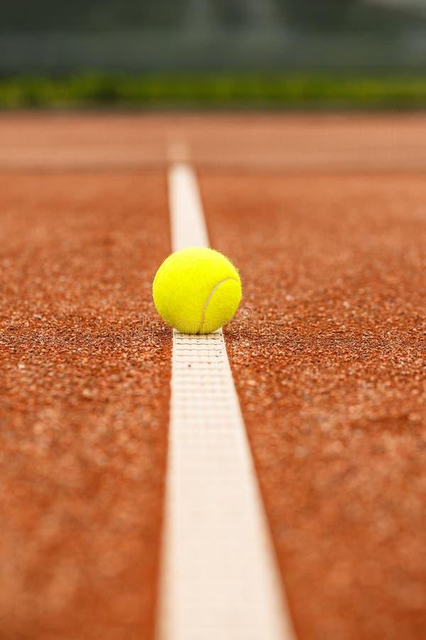 Esfera de tênis na linha branca foto de stock