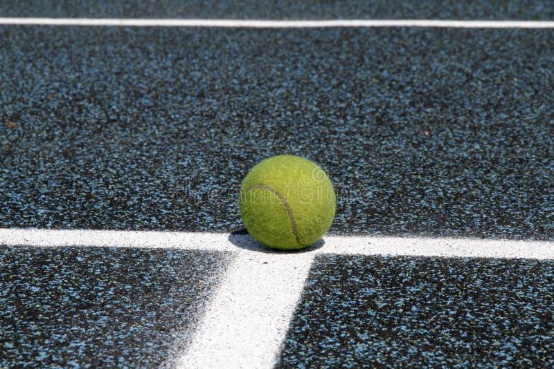 Esfera de tênis na linha da corte imagens de stock royalty free