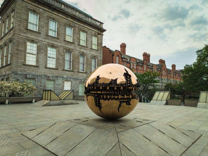 Esfera dentro da escultura da esfera fotos de stock royalty free