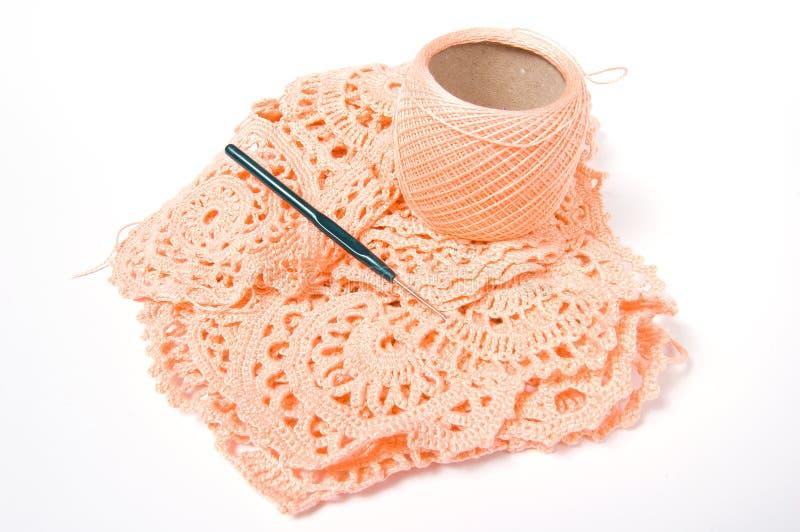 Esfera do fio e gancho de crochet fotos de stock royalty free