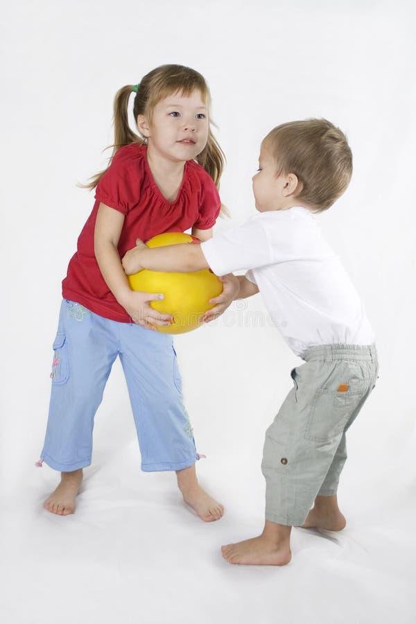Esfera do jogo dos miúdos. Situação do conflito. fotografia de stock