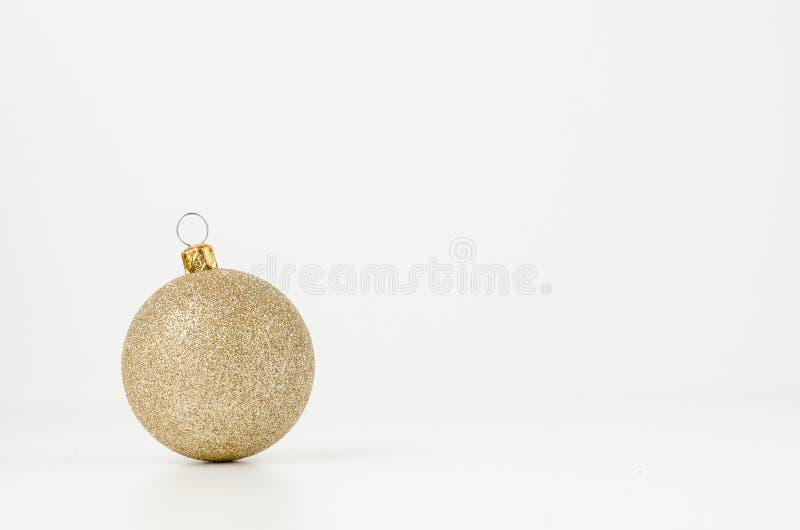 Esfera do Natal do ouro fotos de stock