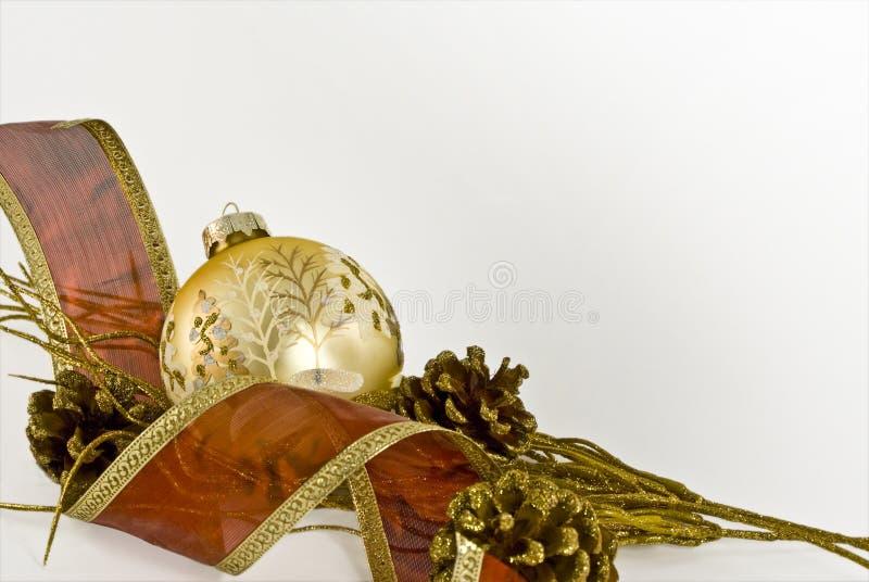 Esfera do Natal do ouro com fita vermelha fotos de stock