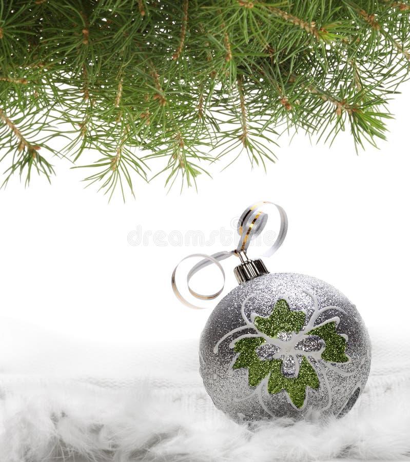Esfera do Natal e filial spruce imagem de stock royalty free