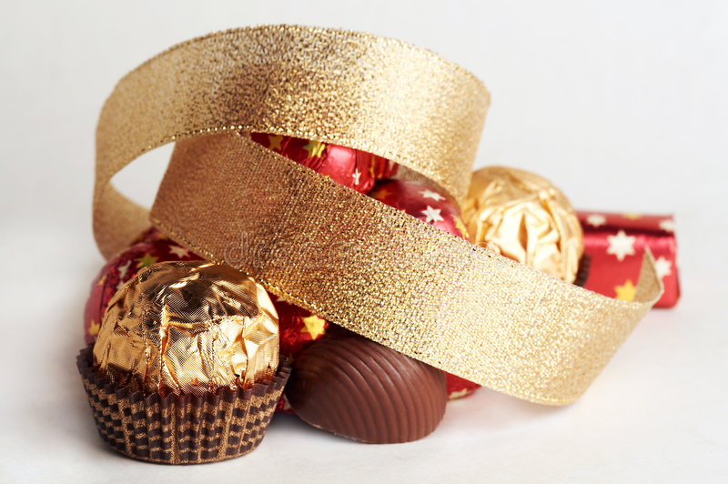 Esfera dourada do chocolate fotos de stock royalty free