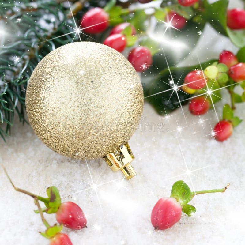 Esfera dourada do Natal e fi foto de stock
