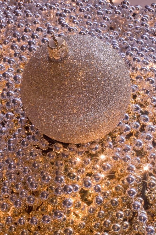 Esfera dourada do Natal nas pérolas brilhantes foto de stock royalty free