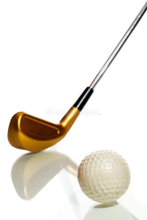 Esfera e clube de golfe com reflexão fotografia de stock royalty free