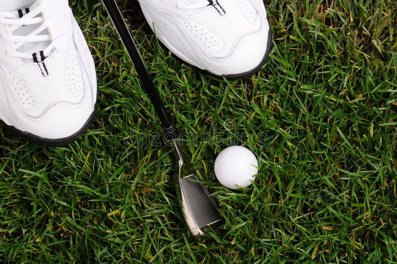 Esfera e ferro dos pés dos jogadores de golfe imagem de stock royalty free