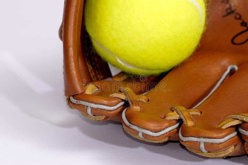 Esfera e luva de tênis imagens de stock