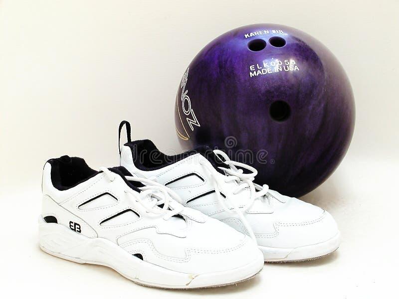 Esfera e sapatas de bowling fotografia de stock royalty free