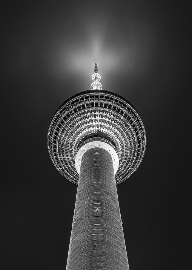 Esfera preto e branco da torre da tevê de Fernsehturm em Berlin Germany fotografia de stock