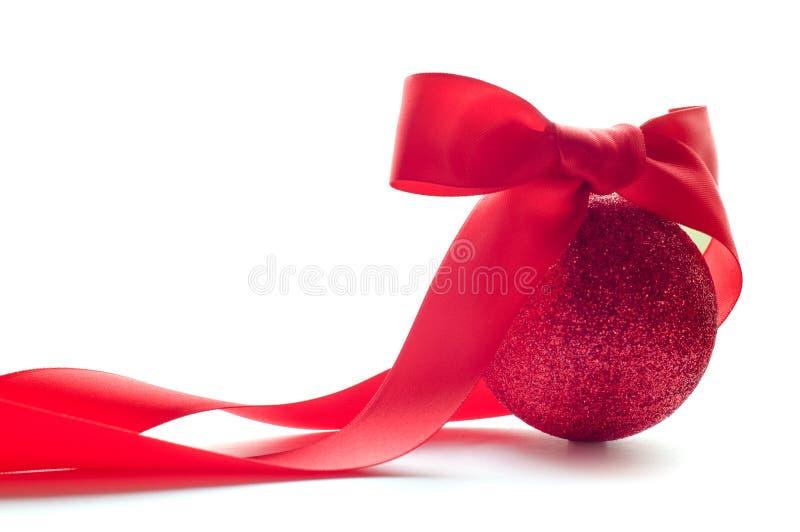 Esfera vermelha do Natal com curva vermelha grande imagens de stock royalty free