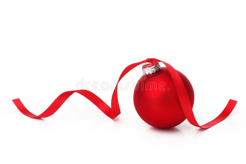 Esfera vermelha do Natal com fita imagens de stock royalty free