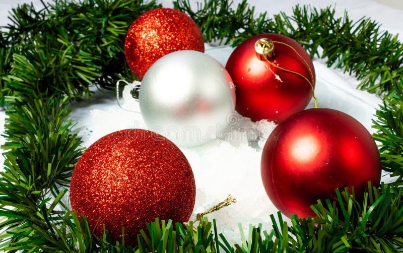 Esferas brillantes de la Navidad una esperanza foto de archivo