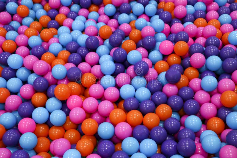 Esferas coloridas da criança bolas plásticas Multi-coloridas Uma sala de jogos do ` s das crianças Textura do fundo de bolas plás imagem de stock royalty free