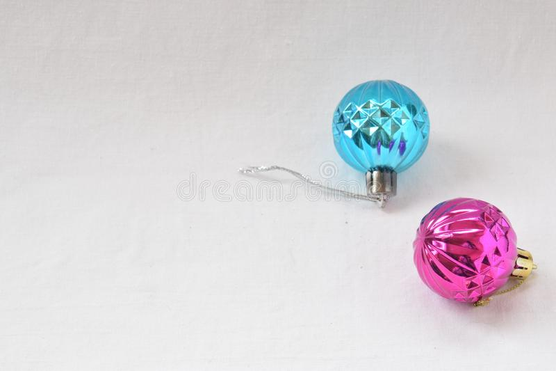 Esferas cor-de-rosa e azuis do Natal fotografia de stock royalty free