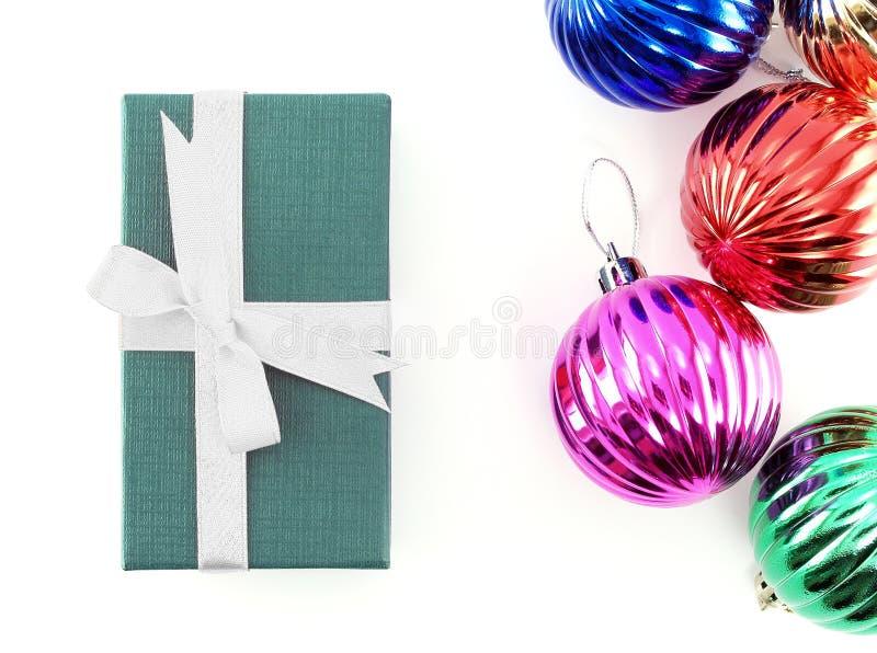 Esferas da caixa e do Natal de presente imagens de stock royalty free