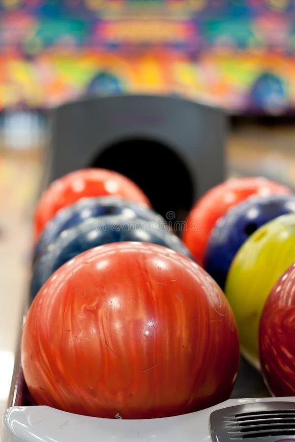 Esferas de bowling coloridas fotografia de stock royalty free