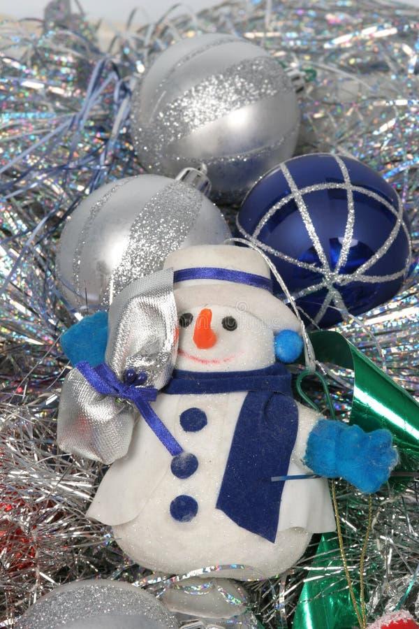 Esferas de Chrismas e homem da neve fotos de stock