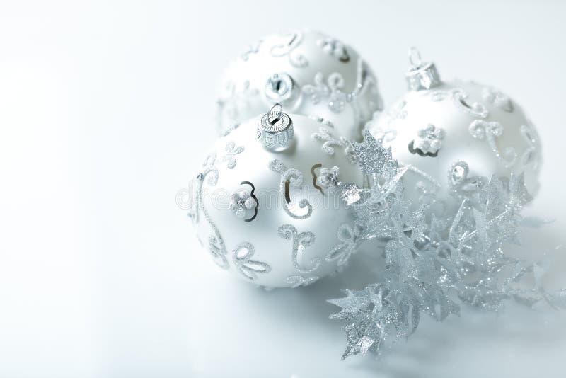Esferas de prata do Natal no fundo branco fotografia de stock royalty free