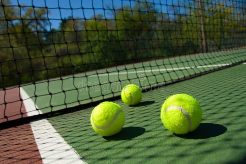 Esferas de tênis na corte fotografia de stock royalty free