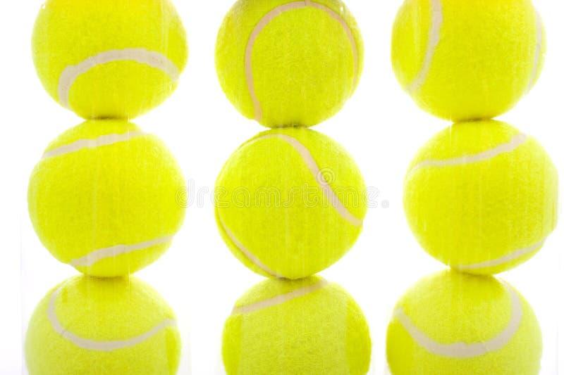 Esferas de tênis no branco imagens de stock