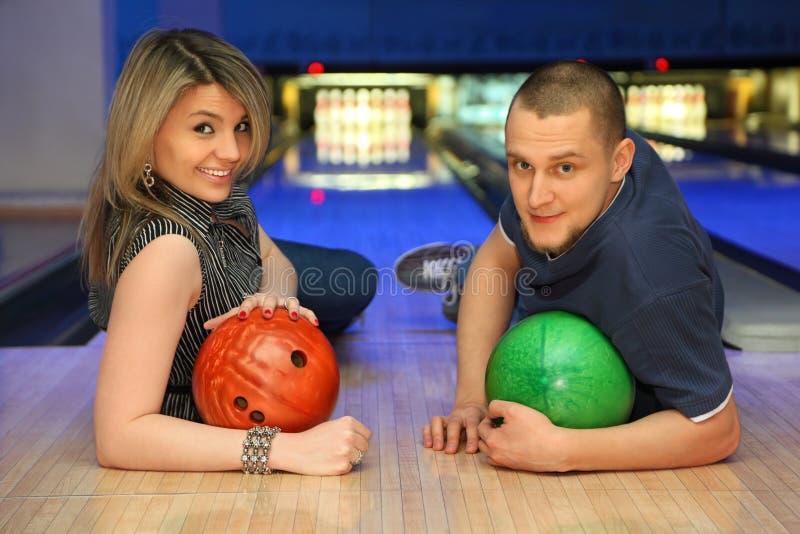 Esferas do liewith do homem e da mulher para o bowling imagens de stock royalty free
