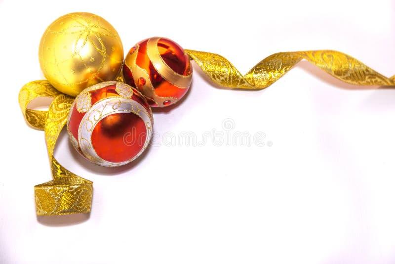 Esferas do Natal com fita dourada foto de stock