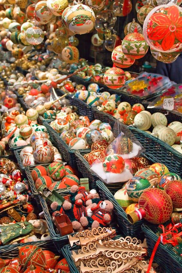 Esferas do Natal e decorações pintadas da árvore fotografia de stock royalty free