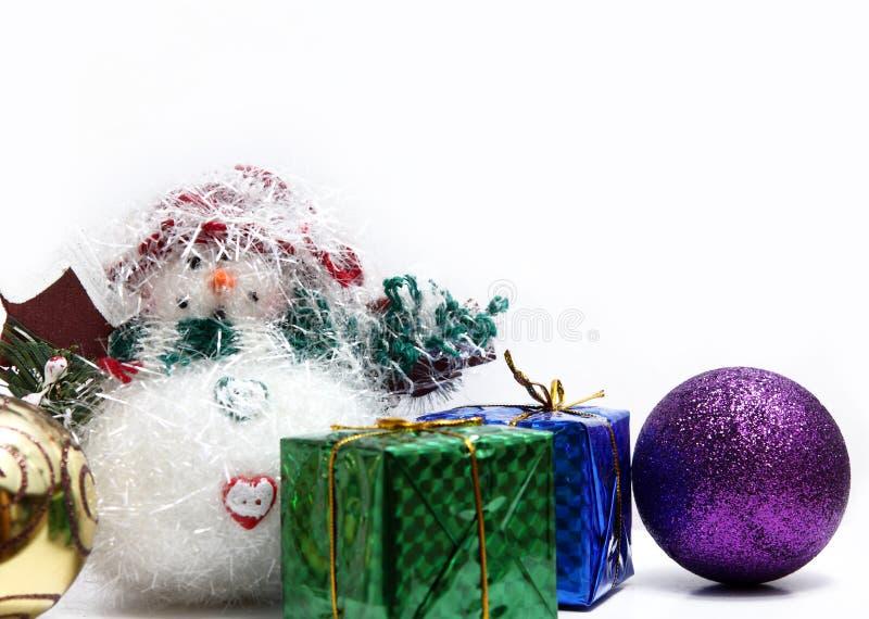 Esferas do Natal nas penas brancas imagem de stock royalty free