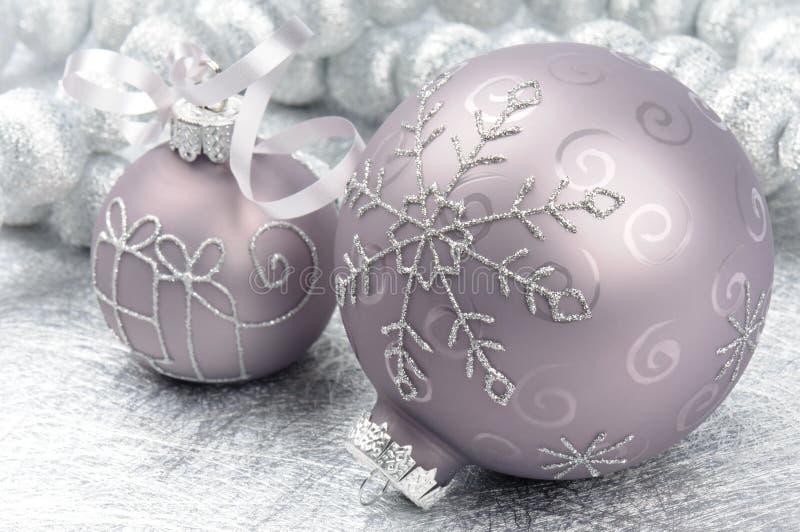 Esferas do Natal no fundo de prata imagem de stock