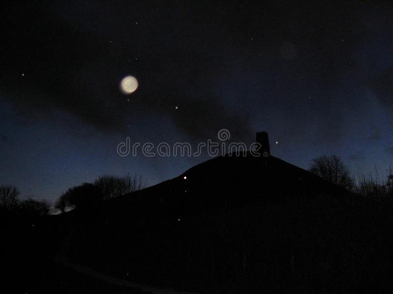 Esferas e neve sobre o Tor de Glastonbury na noite imagens de stock royalty free