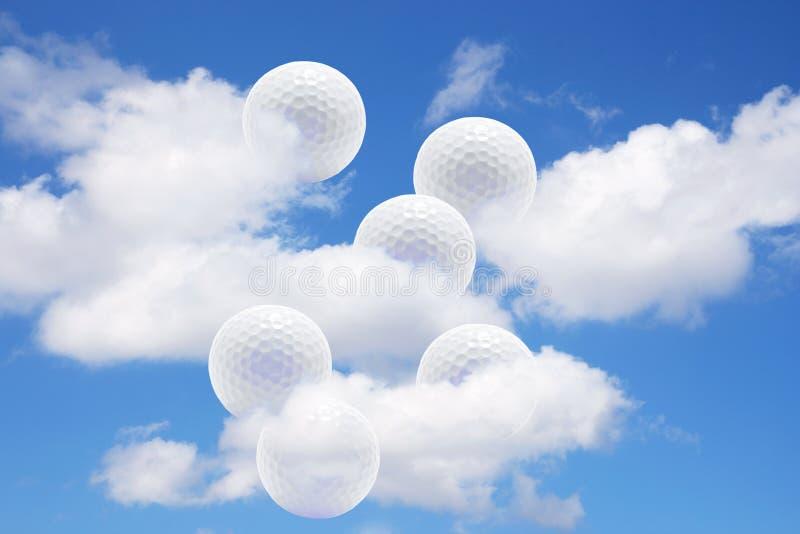 Esferas e nuvens de golfe fotografia de stock royalty free