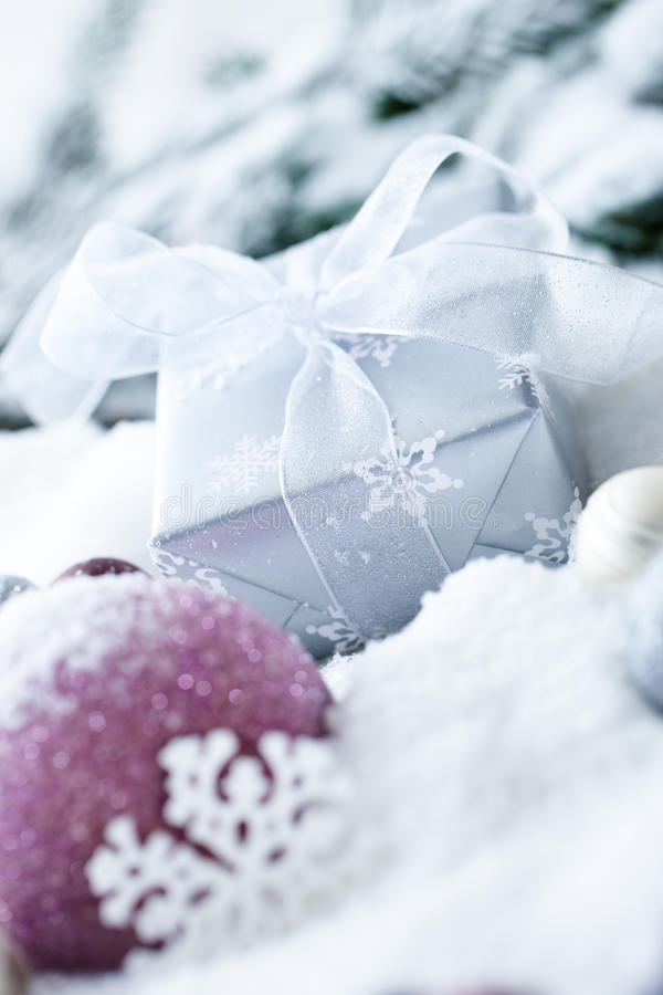 Esferas e presente do Natal na neve fotos de stock royalty free