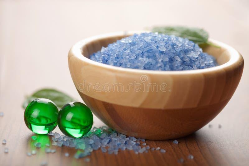 Esferas ervais de sal e de banho. cuidado dos termas e do corpo fotografia de stock