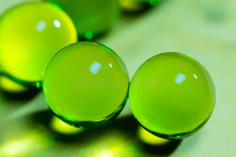 Esferas que brillan intensamente verdes imagenes de archivo
