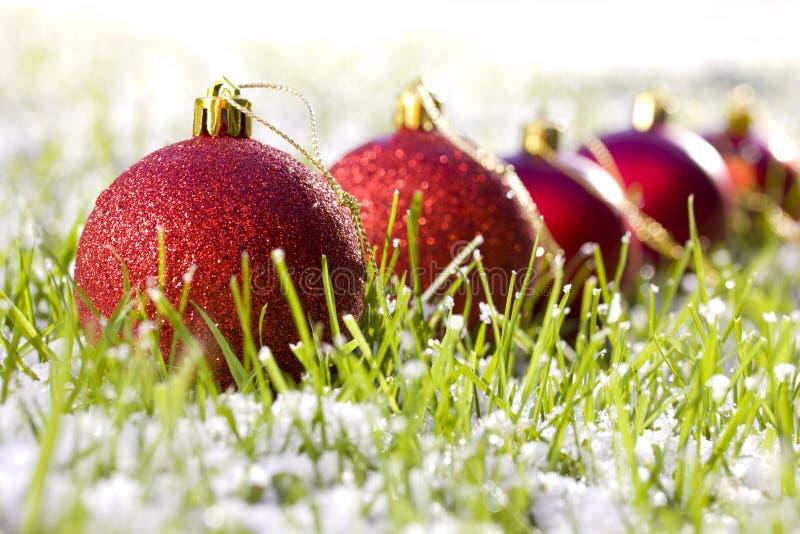 Esferas vermelhas do Natal na neve fotografia de stock