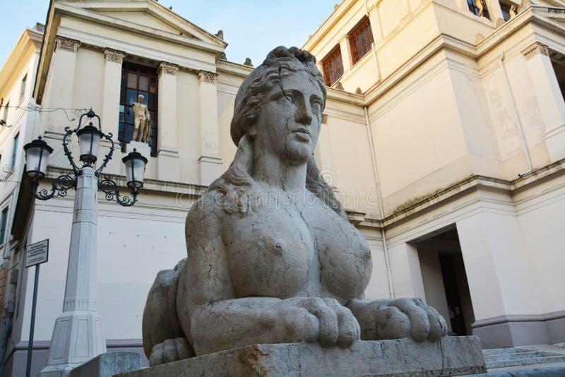 Esfinge de piedra y arquitectura, en Conegliano Véneto, Treviso, Italia imagenes de archivo