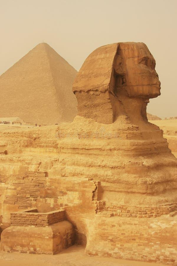 A esfinge e a grande pirâmide de Khufu em uma tempestade de areia, o Cairo imagem de stock royalty free