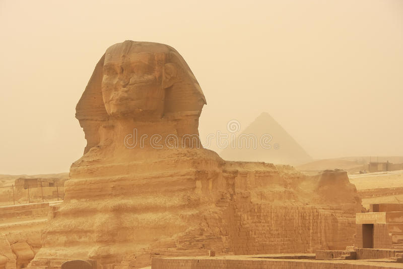 A esfinge e a pirâmide de Khafre em uma tempestade de areia, o Cairo imagens de stock royalty free