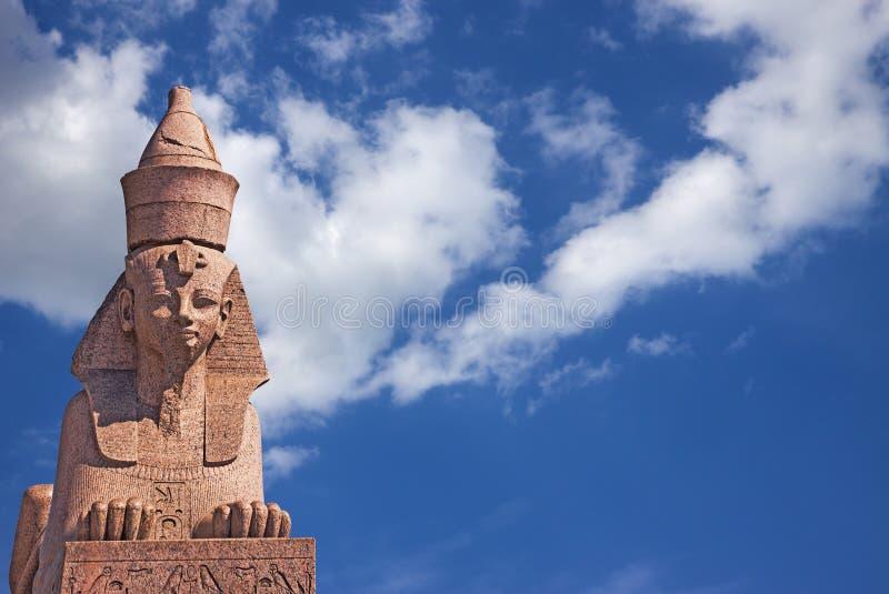 Esfinge egipcia en el cielo azul foto de archivo libre de regalías