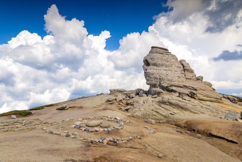 Esfinge romena A forma??o de rocha natural em montanhas de Bucegi, Rom?nia da esfinge fotografia de stock royalty free