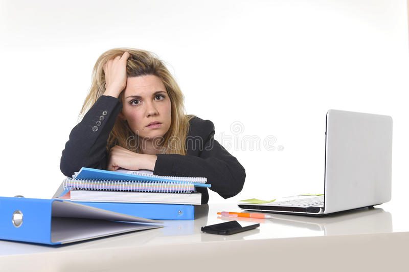 Esforço bonito novo do sofrimento da mulher de negócio que trabalha na carga da mesa do computador de escritório do documento imagens de stock royalty free