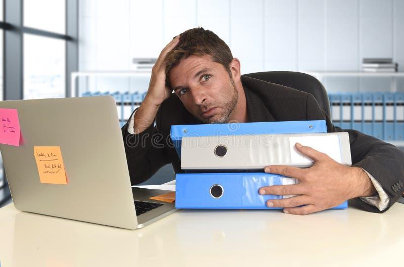 Esforço desesperado do sofrimento da expressão da cara do homem de negócios frustrante na mesa do computador de escritório foto de stock royalty free