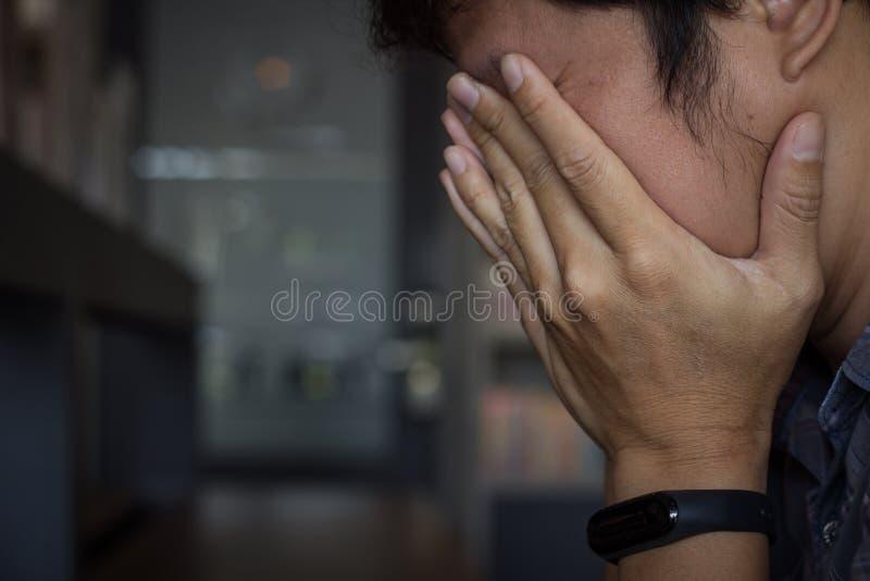 Esfor?o do homem de neg?cio, dor de cabe?a da enxaqueca Homem triste que cobre sua cara com as m?os O homem de neg?cios for?ado p imagem de stock royalty free
