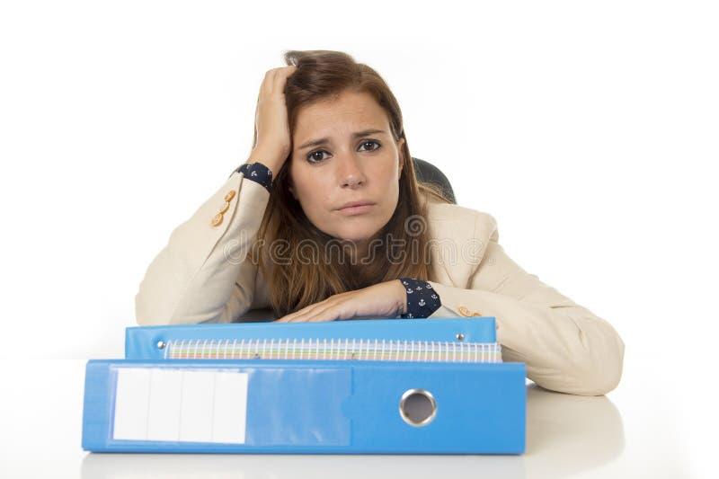 Esforço e dor de cabeça do sofrimento da mulher de negócios na mesa de escritório que olha preocupada comprimido e oprimido fotografia de stock royalty free